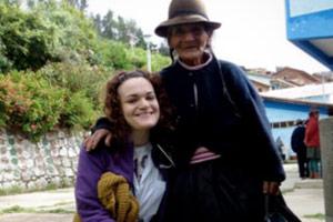 Vecchi ma saggi: Ha più di 80 anni e si è presentata di buon mattino aspettando fuori dalla scuola in cui i volontari si erano sistemati